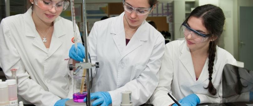 Estudiants d'FP realizant pràctiques en un laboratori d'un centre educatiu de Barcelona.