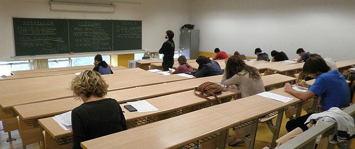 Diversos alumnes de secundària en un exàmen.