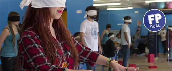Estudiants del cicle d'Integració Social de l'Institut Ferran Tallada de BCN, que s'imparteix en dual, durant una dinàmica d'adaptació a la realitat de les persones sense visió.