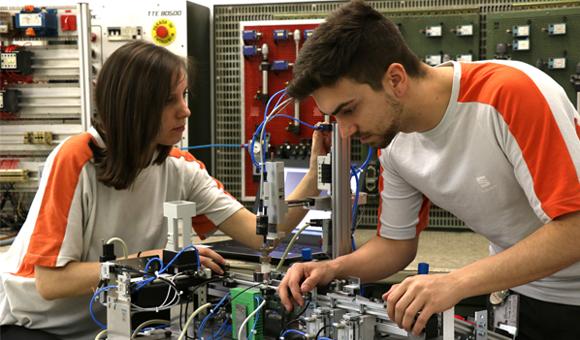 Estudiants de Mecatrónica Industrial de l'Escola d'Aprenents de la SEAT
