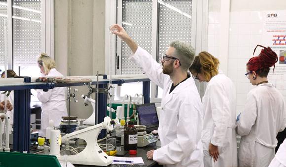 Estudiants als laboratoris de la la Facultat de Ciències de la UAB, on s'imparteix Física + Matemàtiques, el grau amb la nota més alta dels últims anys
