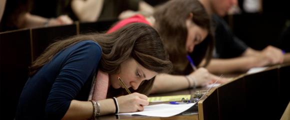 Una estudiant de Batxillerat durant un examen de les PAU