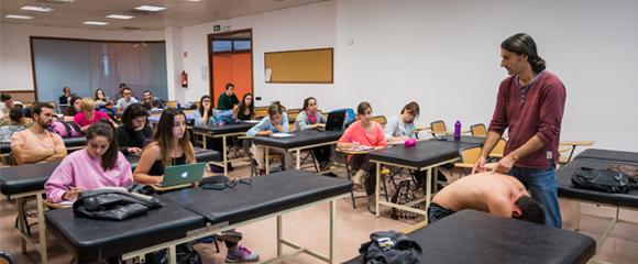Una classe del grau de Fisioteràpia de les Escoles Universitàries Gimbernat